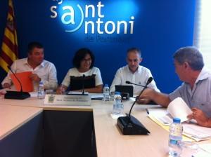 L'alcaldessa Pepita Gutiérrez i els regidors José Antonio Verdugo i Vicent Costa 'Maymó', xerrant amb el portaveu de PSOE-Pacte Pep Marí 'Marge'. Foto: D.V.