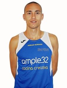 Adrián Guirado posa con la camiseta del Ample32.
