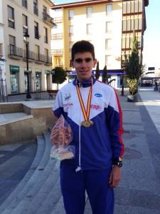 Carlos Tuyr posa con la medalla y el trofeo conseguidos este domingo en Guadix.