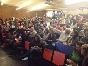 Una imagen del auditorio del Centro Cultural de Jesús casi abarrotado.