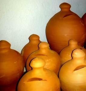 """Aquestes de la il·lustració són les tradicionals de fang, de la botiga que el ceramista Toni Marí """"Frígoles"""" té al carrer d'Aragó de Vila. Foto: V. R."""