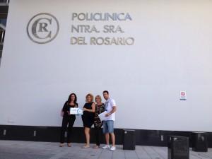 La madre agraciada con este premio, posando frente a la Policlínica Nuestra Señora del Rosario.
