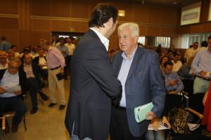 L'expresident Gabriel Cañellas, saluda Bauzá abans d'entrar a la junta directiva regional en la qual ha anunciat que plega. Foto: Ara Balears