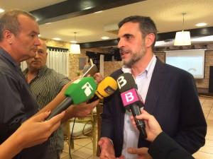 José Vicente Marí Bosó, atendiendo a los medios en la noche electoral.