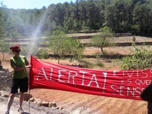 Una pancarta alerta del perill de quedar-se sense aigua en Eivissa.