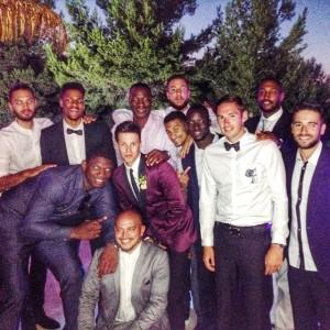 Thomas Heurtel junto a varios de los jugadores de baloncesto que acudieron a su boda en Ibiza. Foto: Facebook