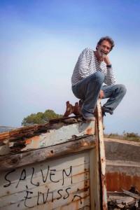 Jaume Roig Torres, sobre una barca en la que se lee Salvem Eivissa. Foto: Naïma Torres