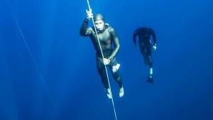 Natalia Molchanova, la plusmarquista mundial de apena, durante una inmersión.