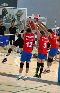 Tres jugadores del Ushuaïa Ibiza Voley intentan bloquear el remate de un jugador de Madrid. Fotos: Diego Toala