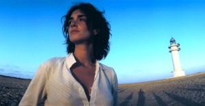 Paz Vega (Lucía) con el faro de Cap de Barbaria de fondo.