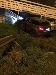 Una imagen de la camioneta Range Rover empotrada contra una valla en Vila.