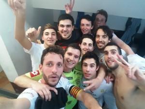 Los jugadores de la Peña Deportiva Fútbol Sala celebran la victoria ante el Montcada en el vestuario. Foto: Facebook