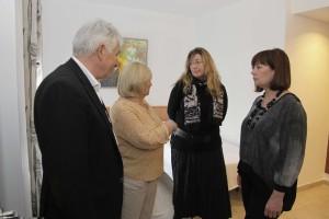 La presidenta Armengol y la consellera de Salut, Patricia Gómez, acompañadas por el presidente de Aspanob, Jaime Coll visitan uno de los pisos.