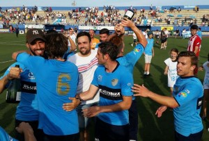 Los futbolistas han celebrado con cava el triunfo y el ascenso a la Tercera División balear