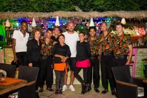 Pepe Reina posa con el personal del restaurante Pau Brasil Ibiza