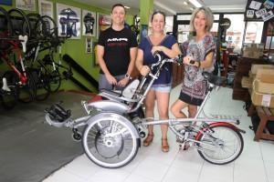 Juanjo Planells, Antonia Cardona y Nuria Moreno, durante la entrega de la bicicleta adaptada.