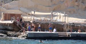 Varios grupos de ciudadanos acudieron ayer al lugar para disfrutar de una jornada de playa.