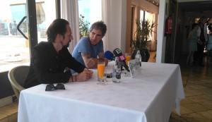 Los dos músicos donostiarras, durante la rueda de prensa en el hotel Royal Plaza.