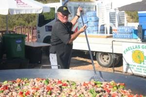 Fernando Vivancos, mientras prepara la paella gigante para entre 700 y 750 personas. Fotos: C. V.
