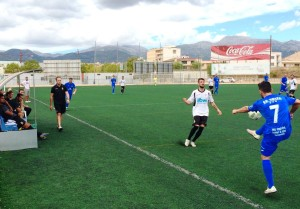Manu Amores centra el balón durante el partido disputado en Inca. Foto: CE Constància