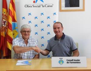 El president del Consell de Formentera, Jaume Ferrer, ha signat un conveni de col·laboració amb Josep Marí, director de l'oficina 00187 de CaixaBank a Sant Francesc Xavier, per desenvolupar el programa de Gent Gran.