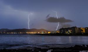 La tormenta eléctrica que tuvo lugar esta noche en las Pitiusas. Fotos: Jorge Páez Martínez