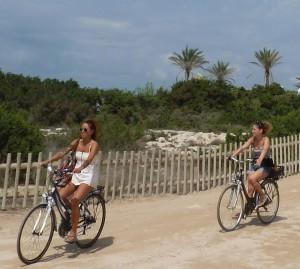Dos usuarias en bicicleta por el Parc Natural de ses Salines.