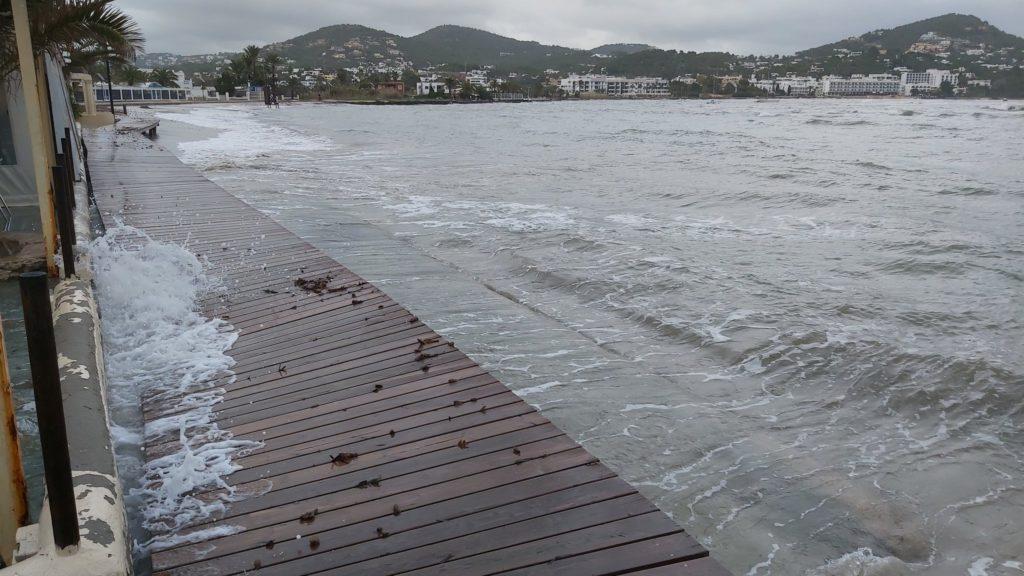 La playa de Talamanca esta mañana, completamente cubierta por el mar. Foto de Enrique D.B.